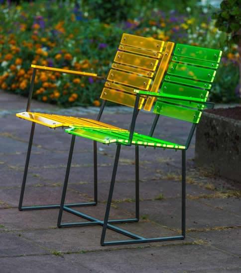Gartenbank aus leuchtendem Acrylglas